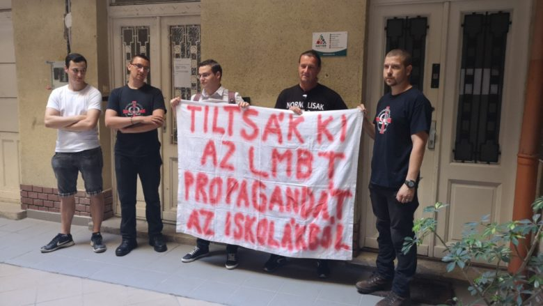 hazafiak a Háttér Társaság irodája előtt