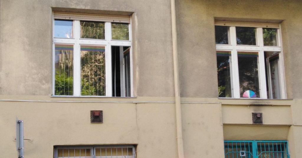 a Háttér Társaság irodájának ablakai