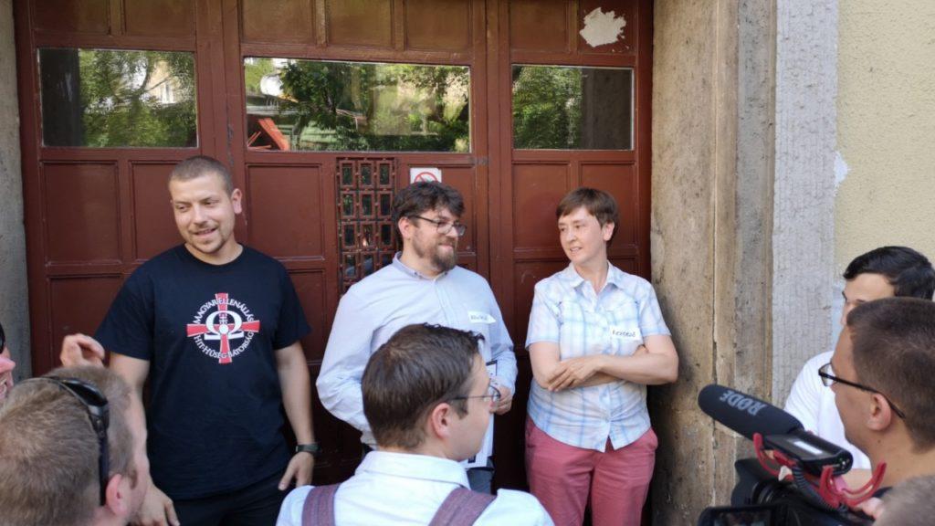 a Háttér Társaság ügyvivői a Balzac utca 8. kapujában