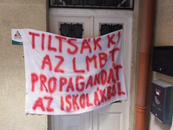 tiltakozó molinó a Háttér Társaság irodájának ajtaján